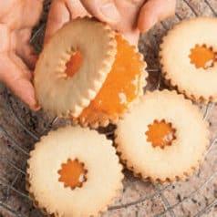 Biscotti occhi di bue farciti con purea all'albicocca