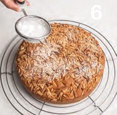 Torta con pasta di mandorle e gocce di cioccolato