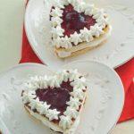 Tortine con panna e confettura di frutti di bosco
