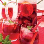 Mangia e bevi: bevanda di vino rosso tipo sangria, con frutta fresca