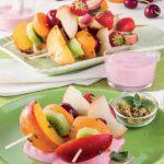 Spiedini di frutta con salsa allo yogurt e lamponi