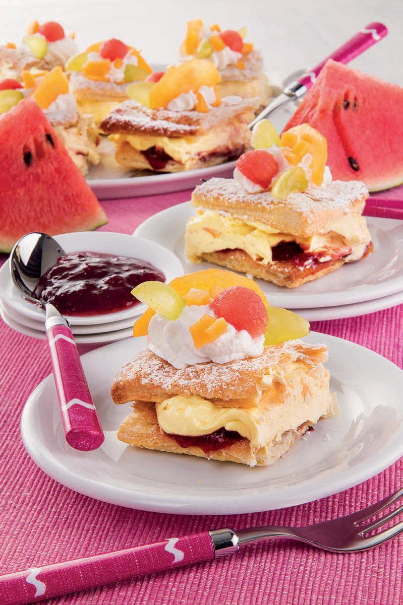 Quadrotti di sfoglia con crema chantilly, confettura e frutta