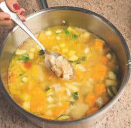Minestrone ricco di verdure con le croste di parmigiano