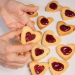 Biscotti dell'amore: cuori con confettura ai frutti rossi