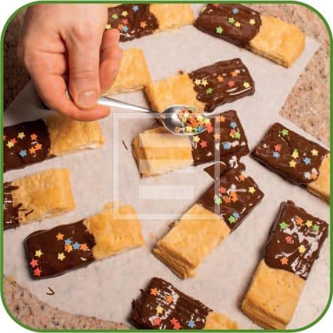 Barrette di pasta sfoglia con glassa al cioccolato