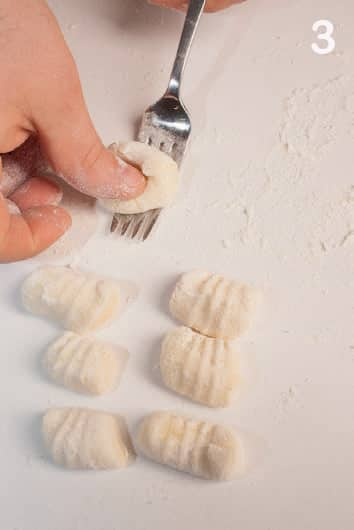 Gnocchi di patate fatti in casa con sugo semplice al basilico