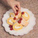 Rotolo al limone e yogurt greco con frutti rossi