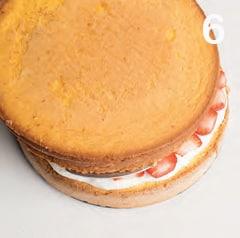 Torta senza glutine farcita con panna e fragole