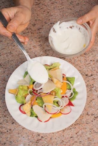 Insalata di peperoni e ravanelli con yogurt e crostini