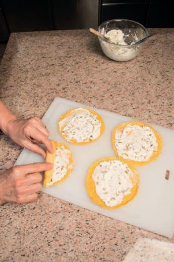 Mini crespelle saporite con olive e filetti di acciughe