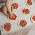 Pizzette con spinaci e rondelle di salame piccante