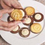 Ricetta dei Bottoni farciti con doppia frolla e crema al cioccolato bianco (tipo Baiocchi)