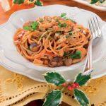 Spaghetti con i frutti di mare, gamberi e calamari