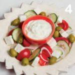 Insalata greca con feta e salsa tzatziki fatta in casa