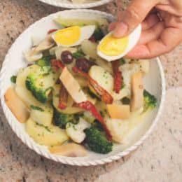 Insalata nizzarda con pomodori secchi, aringa e broccoli