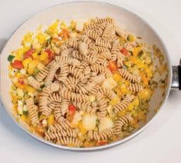 Pasta integrale con ragù vegetariano di verdure