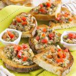 Bruschette ricche con pomodori e pinoli: ricetta facilissima