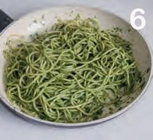 Spaghettoni con pesto di spinaci e mandorle