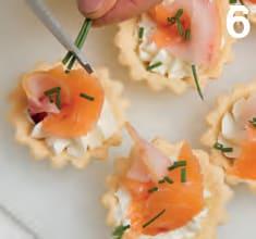 Crostatine con spuma al formaggio e pesce spada affumicato