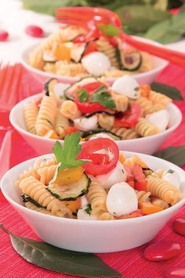 Insalata di pasta estiva con zucchine, peperoni e olio aromatico