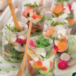 Bicchierini di insalata con peperoni, rucola e mozzarelline