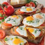 Crostoni di pane aromatici con provolone e uova