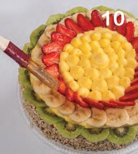 Torta ricca con crema alla vaniglia, fragole e kiwi