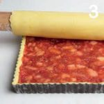 Crostata coperta farcita con mele e lamponi