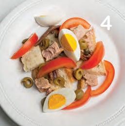 Capponada ligure con uova sode, tonno e gallette