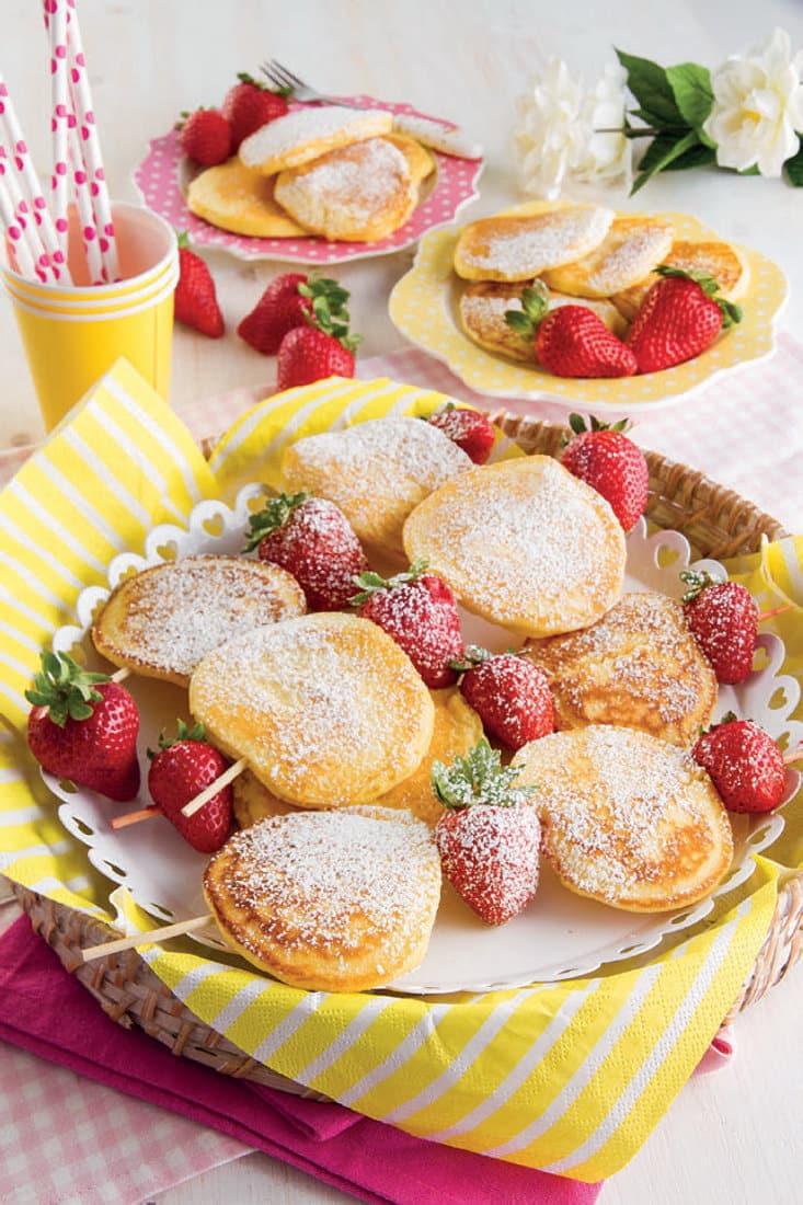 Mini spiedini di pancake e fragole: ricetta facile per colazione
