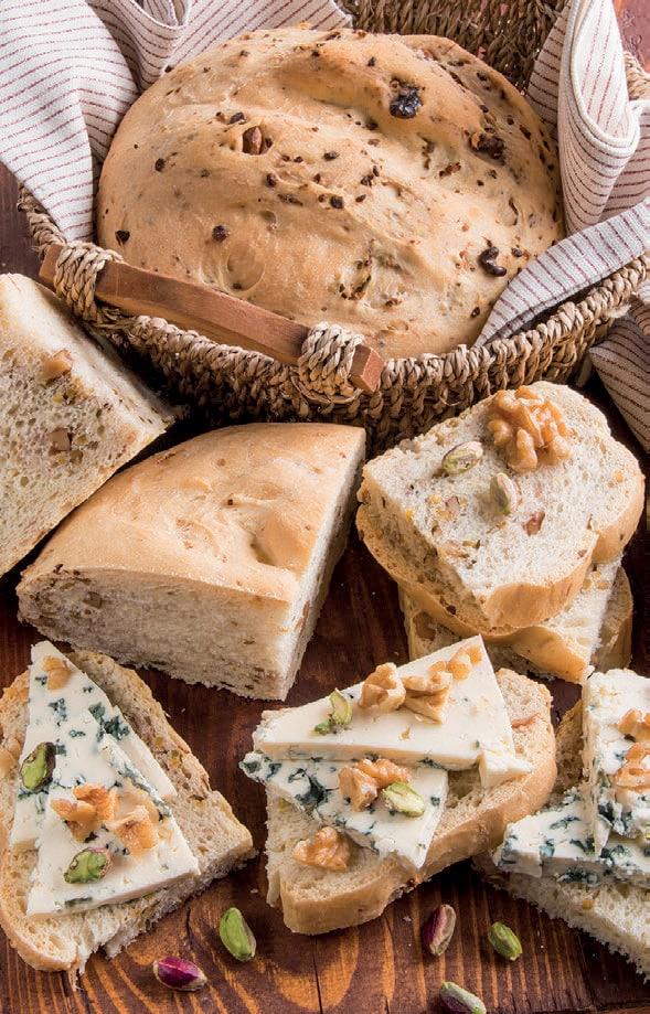 Panini con pistacchi e noci: per un cestino del pane ricchissimo