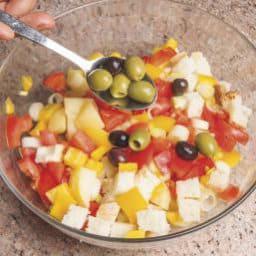Bicchierini di panzanella con peperoni e olive