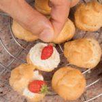Bignè con crema alle pesche e fragoline di bosco