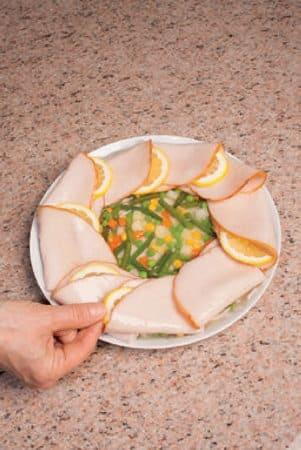 Arrosto freddo di tacchino e verdure in gelatina