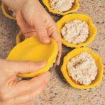 Crostatine coperte con farcia agli amaretti e marmellata
