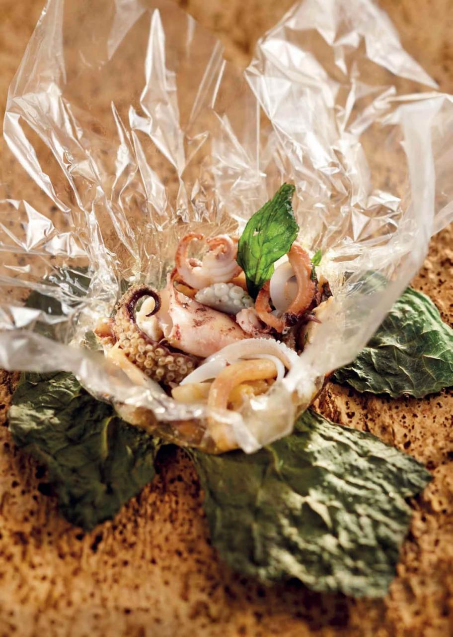 Cartoccio di polpo, calamari e seppie con menta, cipolle e pancetta