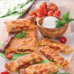 Strudel salato con pomodorini, mozzarella e acciughe