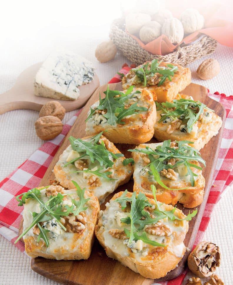 Crostoni al gorgonzola, noci e rucola