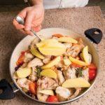 Coniglio con capperi, olive taggiasche e patate: ricetta illustrata