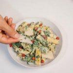 Maccheroni cremosi con salame piccante e spinaci