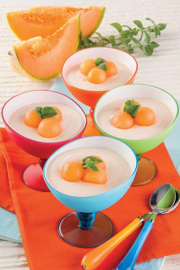 Coppe di gelato al melone con moscato e cannella