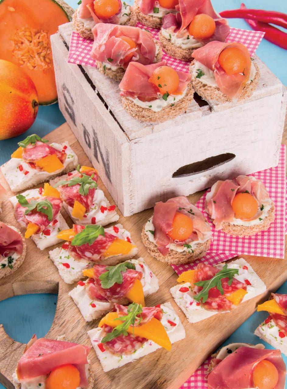 Tartine con prosciutto crudo e melone e con salame e mango