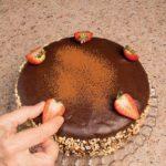 Torta alla crema e albicocche ricoperta di glassa al cioccolato