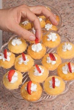 Tortine di riso e mandorle con panna e frutti rossi