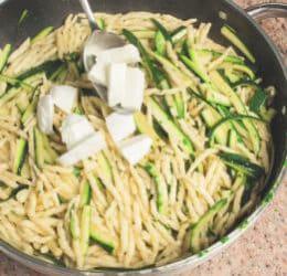 Pasta con zucchine, mozzarella di bufala e prezzemolo