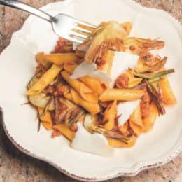 Garganelli con salsiccia, carciofi fritti e scaglie di ricotta