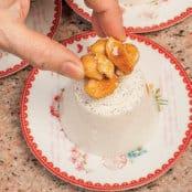 Budini al latte di mandorle e panna con mandorle caramellate