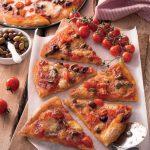 Pizza alla siciliana con pomodorini, acciughe e olive