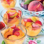 Coppe di crema al limone con frutta fresca