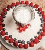Torta al cioccolato bianco con crema e frutti di bosco